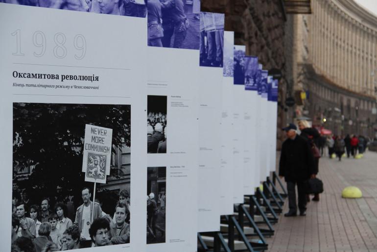 «Вчитися один в одного»: у Києві згадали чехословацьку «Оксамитову революцію» 1989 року