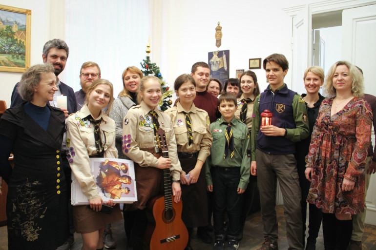 В Український інститут національної пам'яті пластуни принесли Вифлеємський вогонь миру