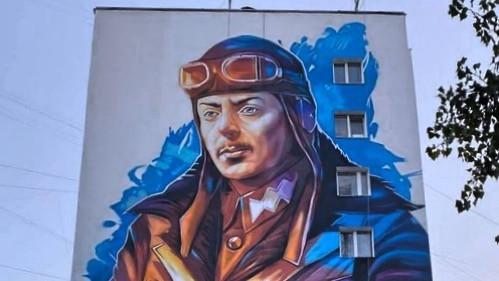 На київській багатоповерхівці намалювали мурал з портретом Петра Франка
