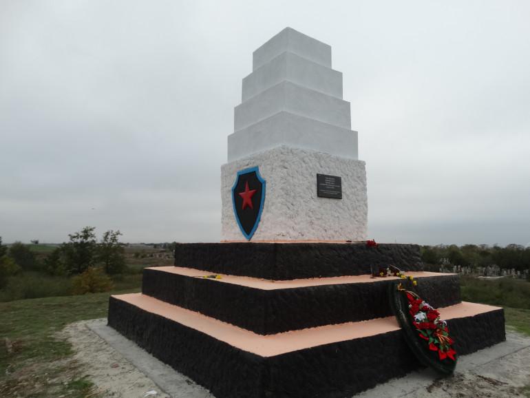УІНП звернувся до правоохоронців у зв'язку з відновленням обеліска Червоній армії у Каховці